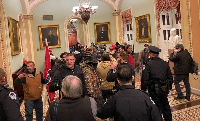 За упадот во Капитол Хил изречени уште две затворски казни од по 6 месеци
