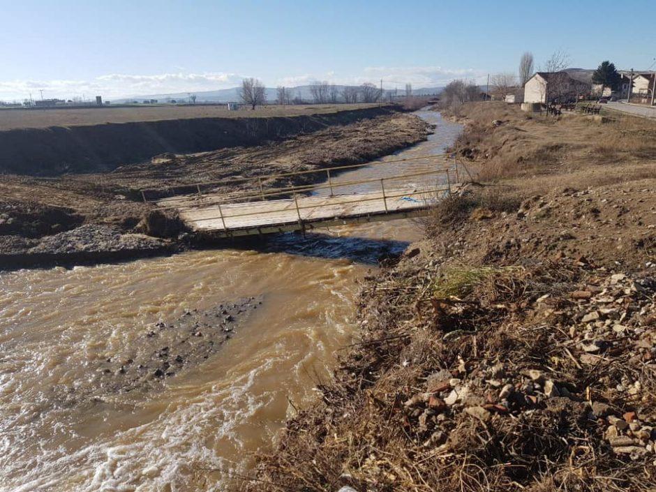Надојдената река го урна единствениот пешачкиот мост во Карбинци