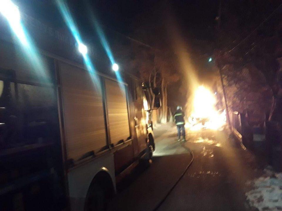 Еден час се гасело запалено возило во Куманово