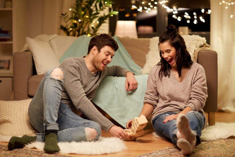 Седум идеи за да имате романтичен состанок во вашиот дом