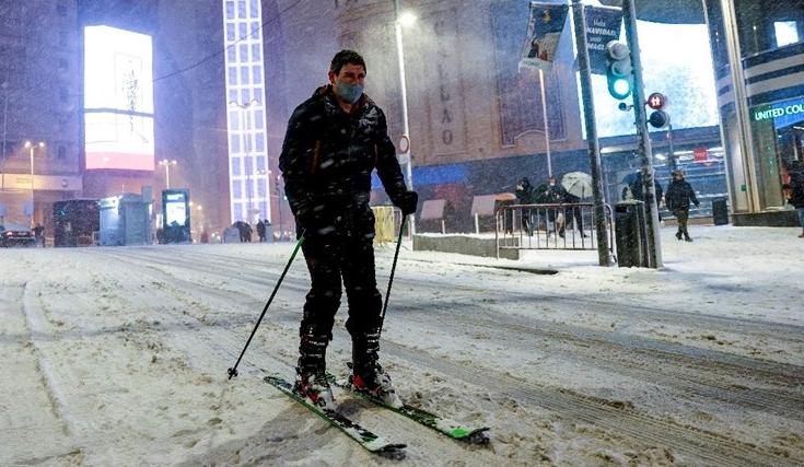Снегот во Мадрид се претвори во мраз: Секој час во болница завршуваат по 50 луѓе