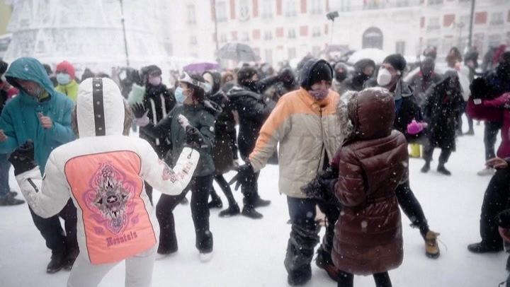 Среде пандемија цел Мадрид игра Макарена на снегот