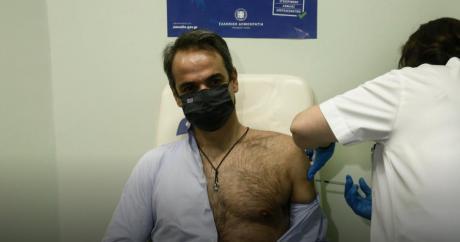 Мицотакис ја прими втората доза од вакцината против ковид-19