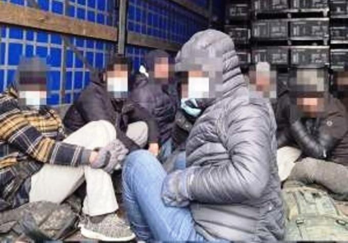 Скриени во специјални комори на камиони: Криумчарени мигранти на романско-унгарската граница