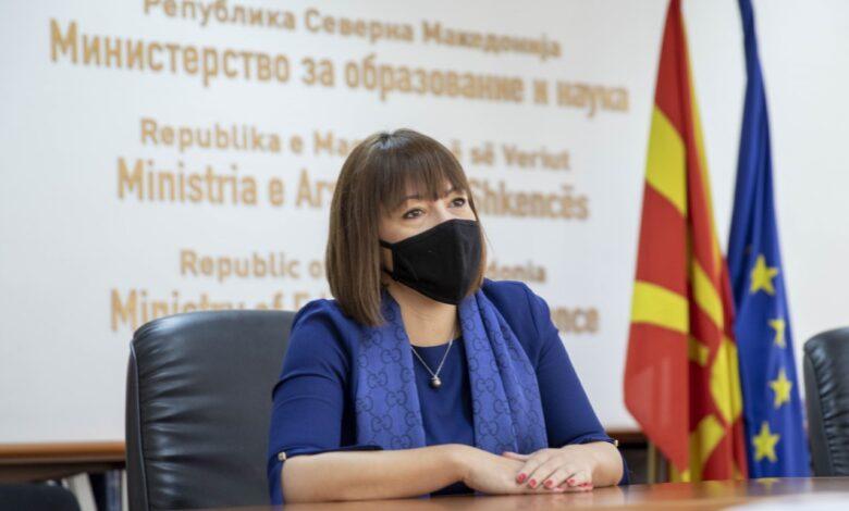 Царовска продолжува со притисоците, матурантите се жалат дека освен закани сега и медиумски се цензурирани