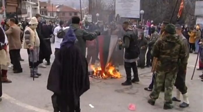 Три лица идентификувани за палењето на бугарското знаме