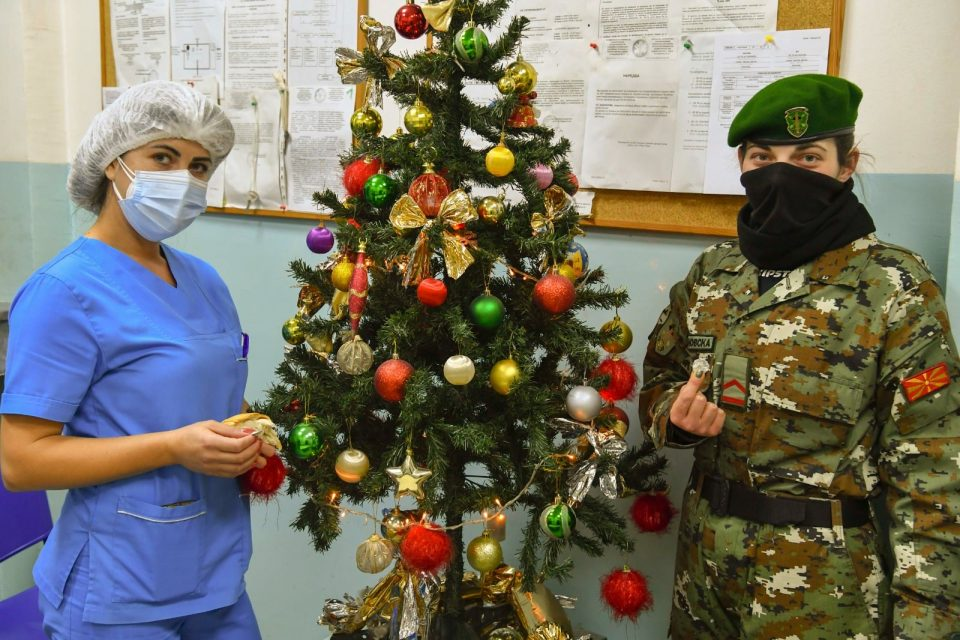 Бадник на Клиника: Паричката им се падна на сестра Тања и војник Ива