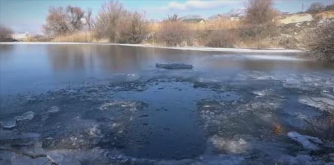 Направен отвор во форма на крст во замрзнатото Плетварско езеро