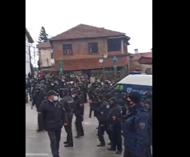 Скандал во Вевчани: Полицијата апси во обид да го спречи карневалот