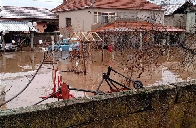 Поради поплави во јужна Србија евакуирани 34 лица