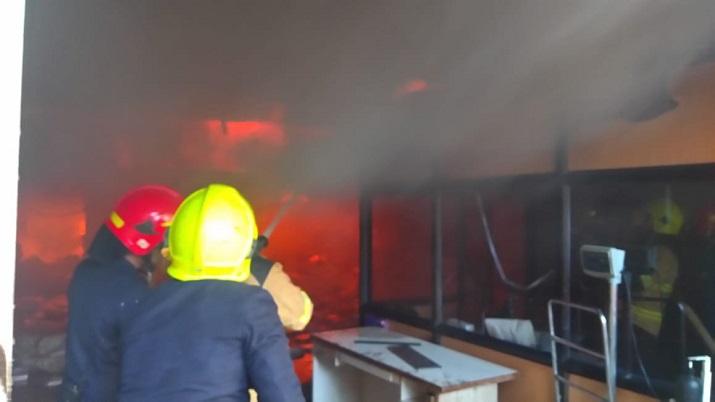 Изгаснат пожар во куќа во Скопје, повредени двe лица