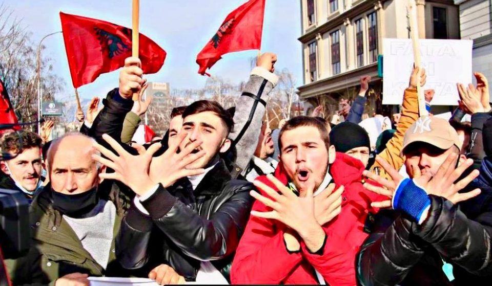 """Реисот на ИВЗ не го осудил скандирањето УЧК на протестот на """"Монструм"""""""
