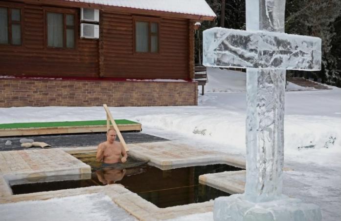 Нурна во ледената вода: Путин ја испочитува традицијата за Богојавление