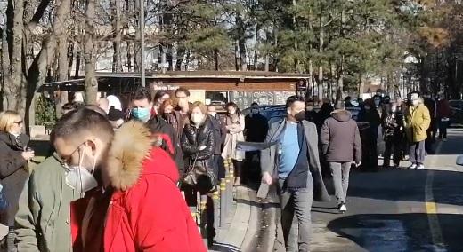 Километарски колони пред Саемот во Белград, граѓаните трпеливо чекаат ред да се вакцинираат