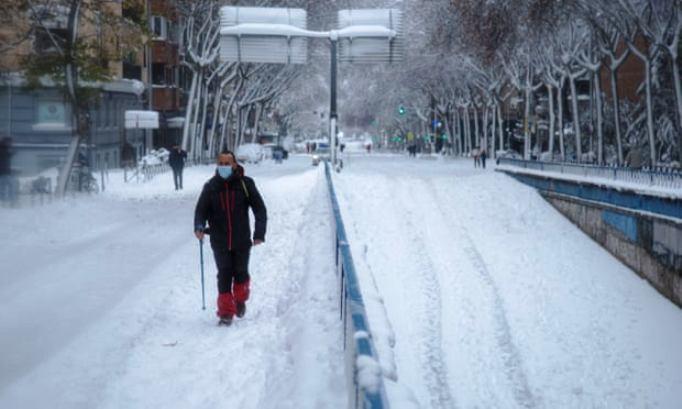 Медицински работници пешачат по дваесетина километри за да ги сменат своите колеги во Мадрид