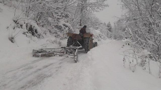 Влажни коловози на патиштата, снег врне на Шапка, Ѓавато, Буково