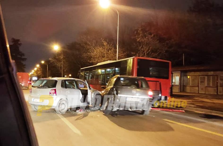 Се судрија два автомобила и градски автобус: Тешка сообраќајка во Автокоманда