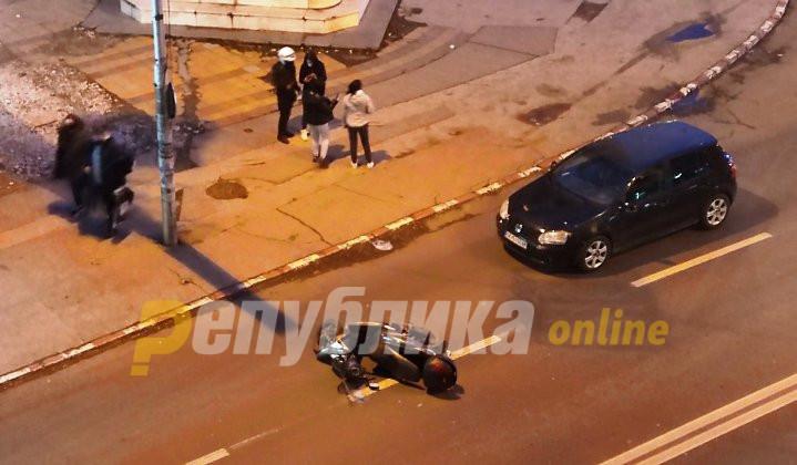 Автомобил удри мотор кај Триумфалната капија
