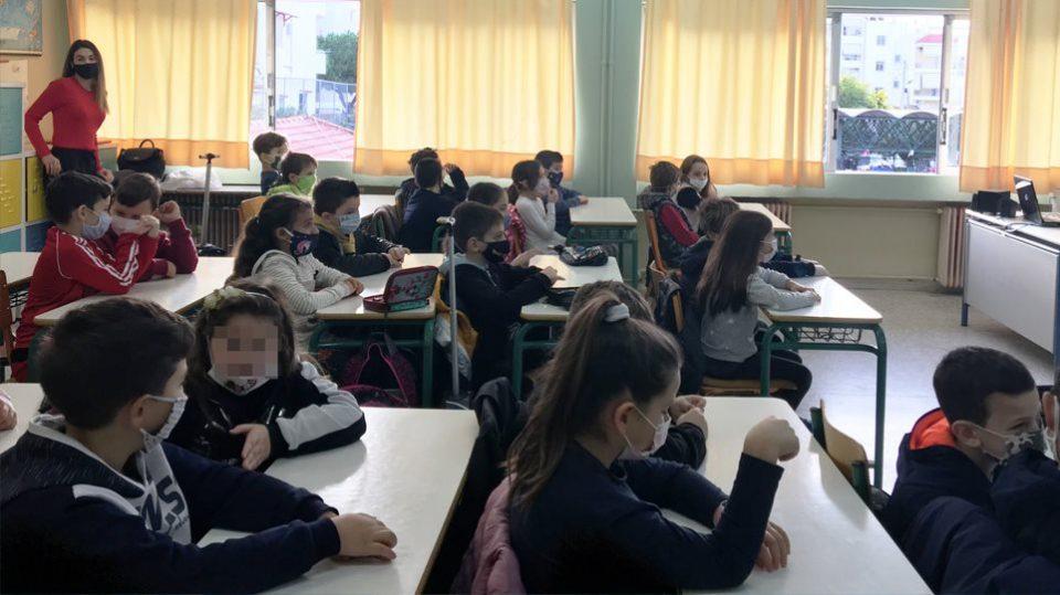 Речиси еден од четири нови случаи на Ковид-19 во Грција се кај деца на возраст од четири до 18 години