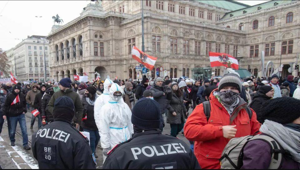 Приведени 23 демонстранти во Виена: Немири на протест против корона мерките