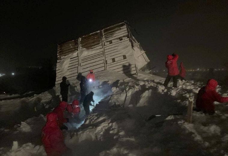 Две деца затрупани под лавината во Русија