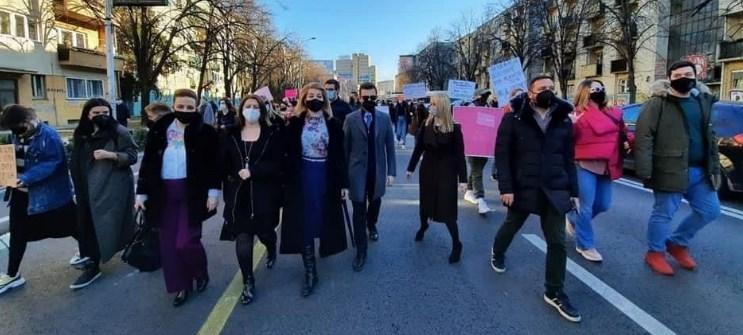 """Пратениците од ВМРО-ДПМНЕ заедно со  членови на партијата со поддршка на жртвите од групата """"Јавна соба"""""""