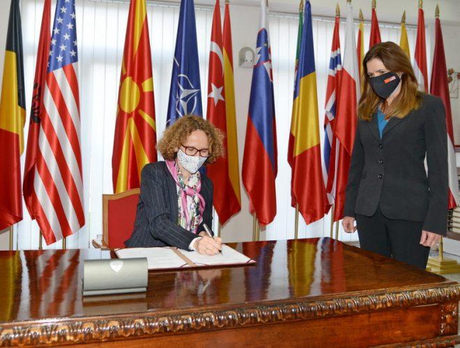 Шекеринска и Карлин потпишаа нов Меморандум за соработка во одбраната меѓу САД и Македонија