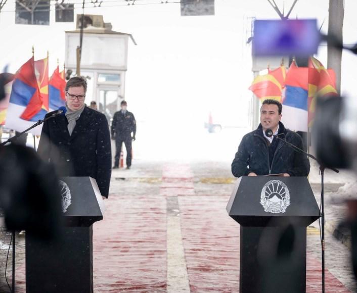 10.000 во Србија и 40.000 во Македонија: Вучиќ со повеќе вакцинирани Македонци од Заев и Филипче
