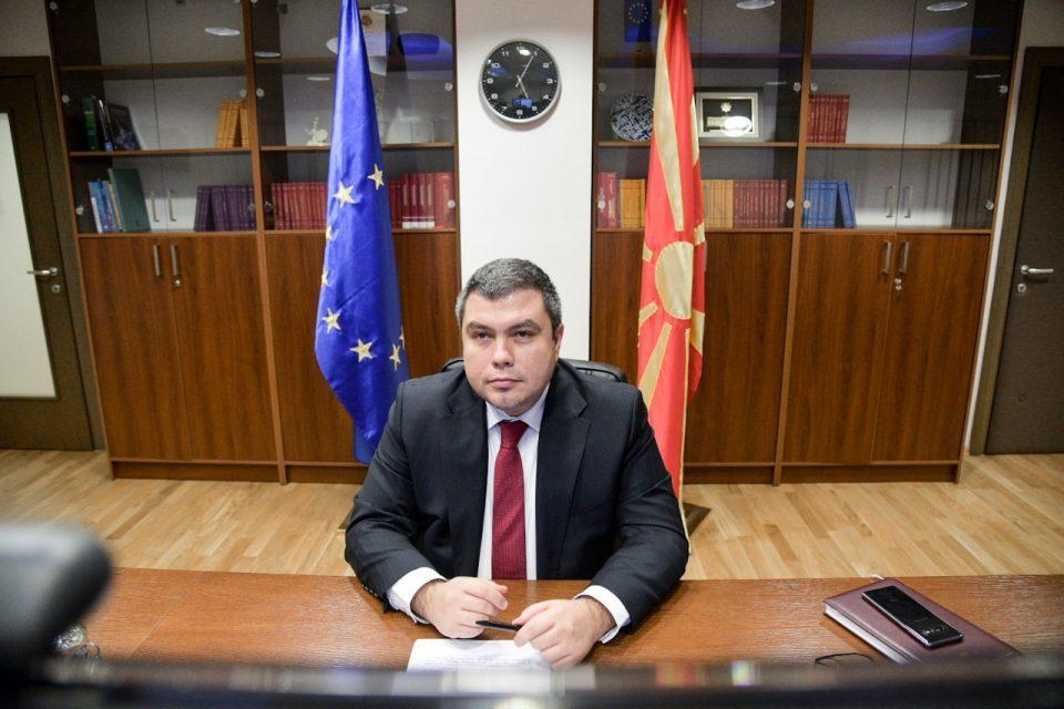 Шетањето болни пратеници меѓу здрави за Маричиќ е херојски чин: За кукавичката изјава го растргнаа на социјалните мрежи