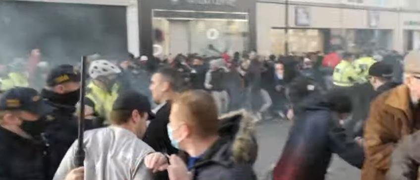 Жестоки судири со полицијата – жителите на Даблин се кренаа против корона мерките