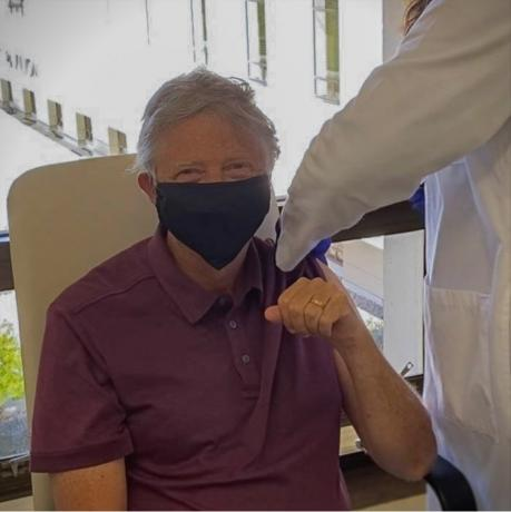 Ја прими и втората доза: Бил Гејтс откри до кога ќе носи маска