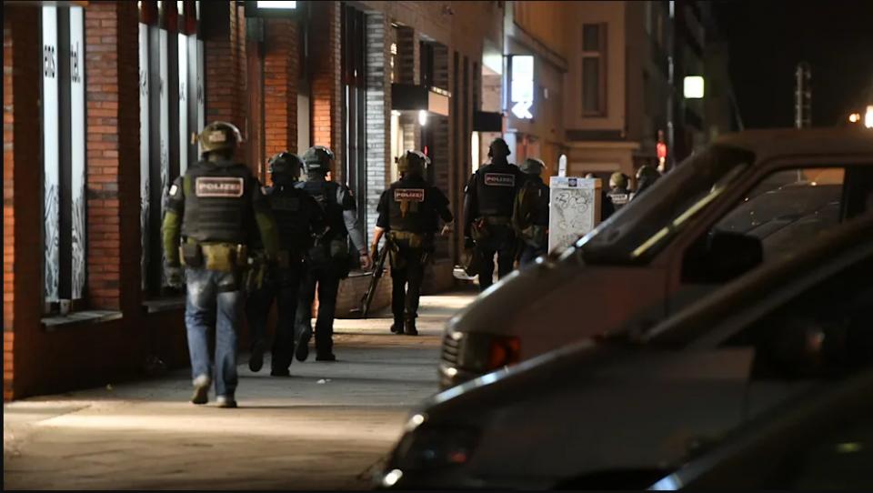 Продавале дрога и переле пари: Во Германија уапсени осум припадници на неонацистичка група