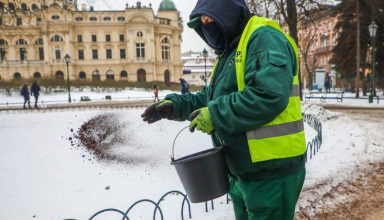 Наместо сол во Краков на замрзнатите површини фрлаат кафе