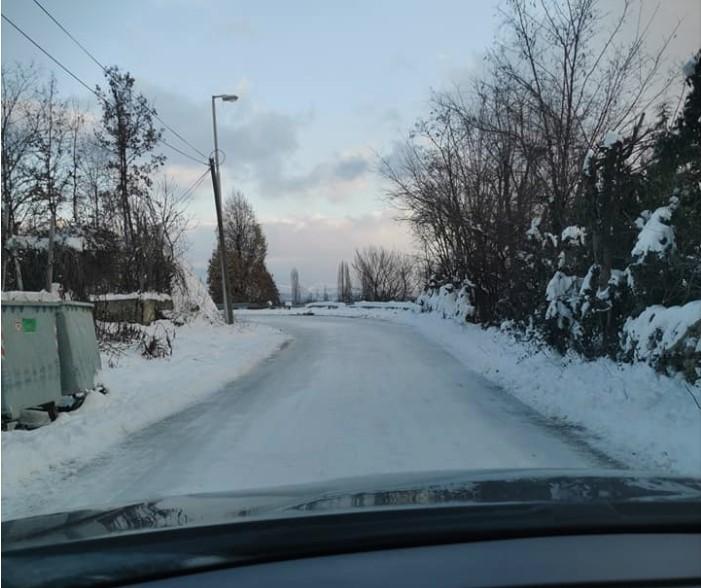 Патот е замрзнат, на Матка четири дена нема автобус, а граѓаните одат пеш 3 километри!