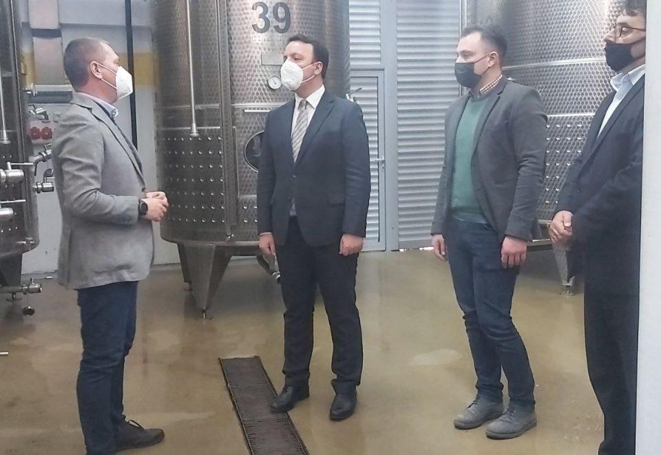 """Николоски ја посети винаријата """"Пуклавец"""": Македонското вино и грозје заслужуваат поддршка од државата"""
