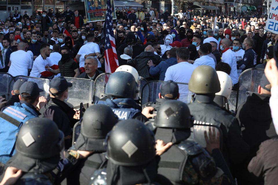 Екипата на МИА нападната на протестот