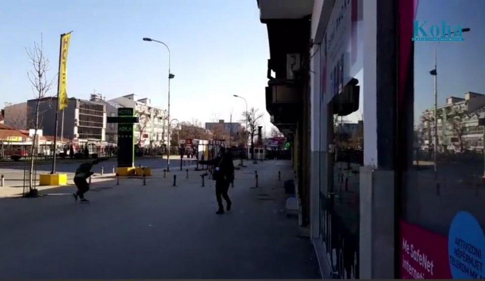 Демонстрантите кршеа и излози, полицијата се гаѓаше со камења и шишиња