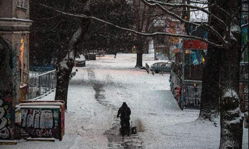 Снежно невреме во Германија остави илјадници возачи со часови заглавени во возилата