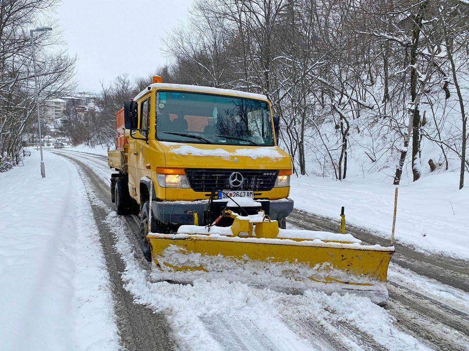 Mеханизација и работници го чистат снегот во Kарпош