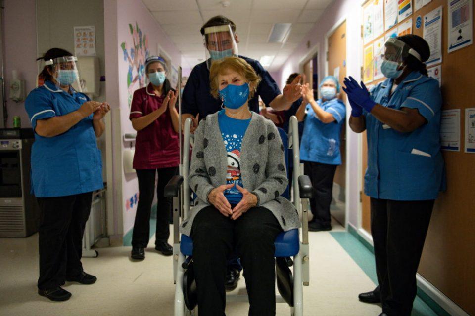Велика Британија веќе ги вакцинираше четирите најранливи групи