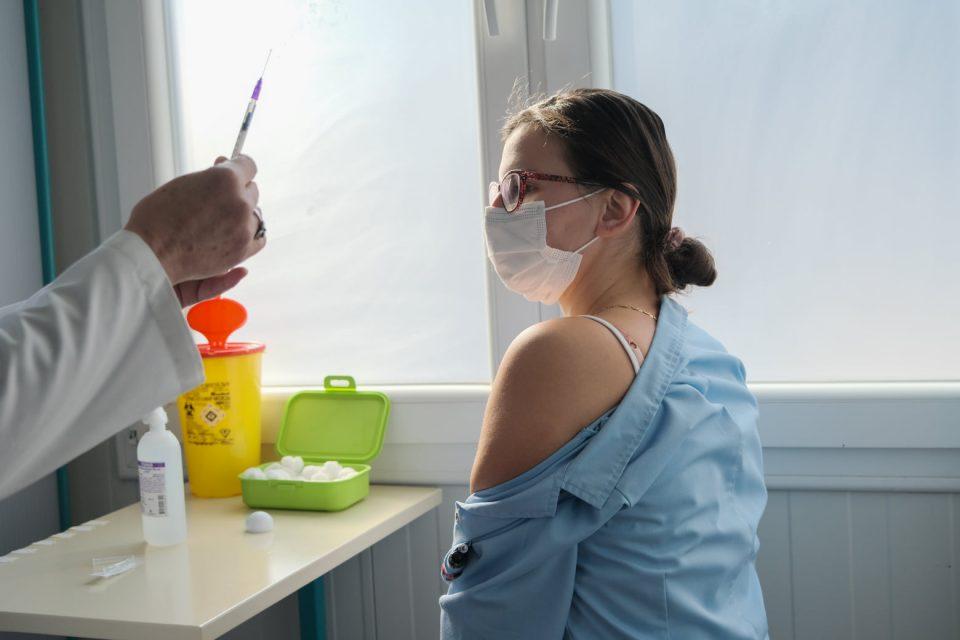Какви реакции имале нашите здравствени работници по вакцинирањето