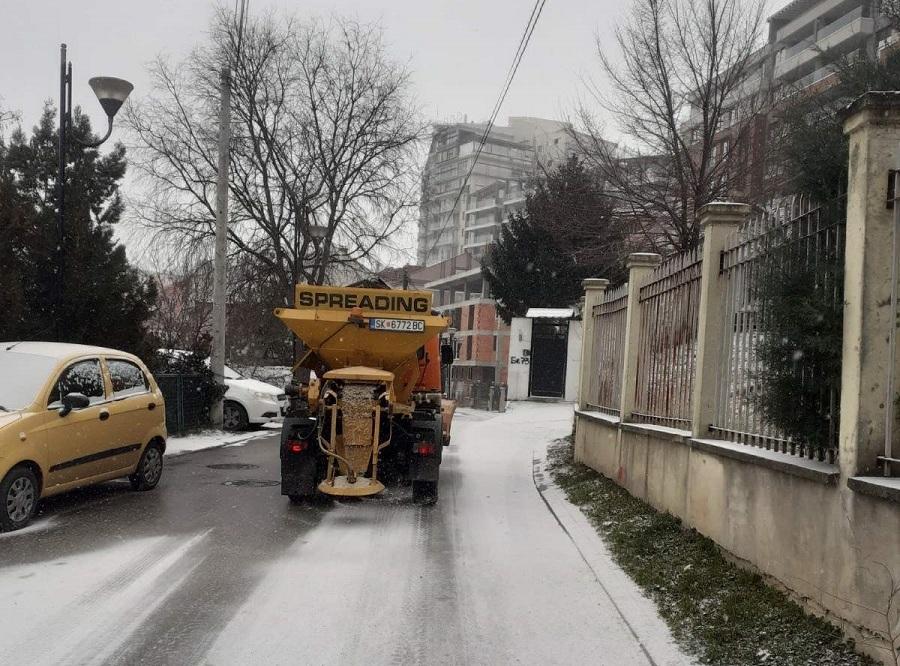 Зимската служба на Центар со седум возила го расчистува снегот од улиците