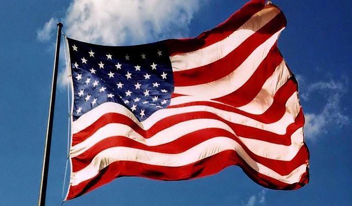 Знамињата во САД до петок ќе бидат спуштени на половина копје за жртвите од пандемијата