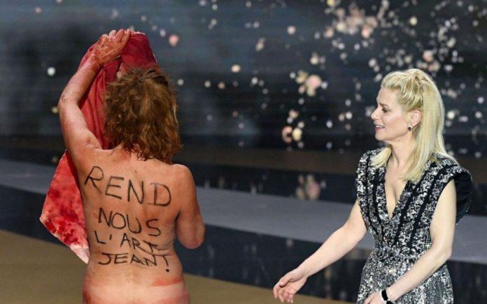 Гола актерка протестираше против локдаунот на француските Оскари