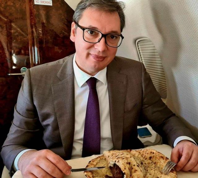 Откако донираше 5.000 вакцини, Вучиќ се почасти со сараевски ќебапи