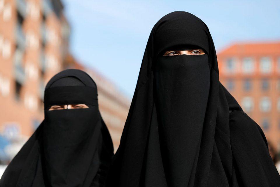 Швајцарците ја изгласаа забраната за носење на никаб и бурка