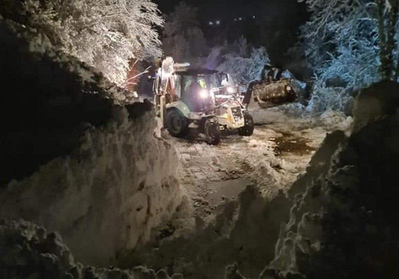 Лавините кај Бигорски манастир расчистени, на коловозот донесоа над 1.500 кубни метри снег,  дрвја и камен