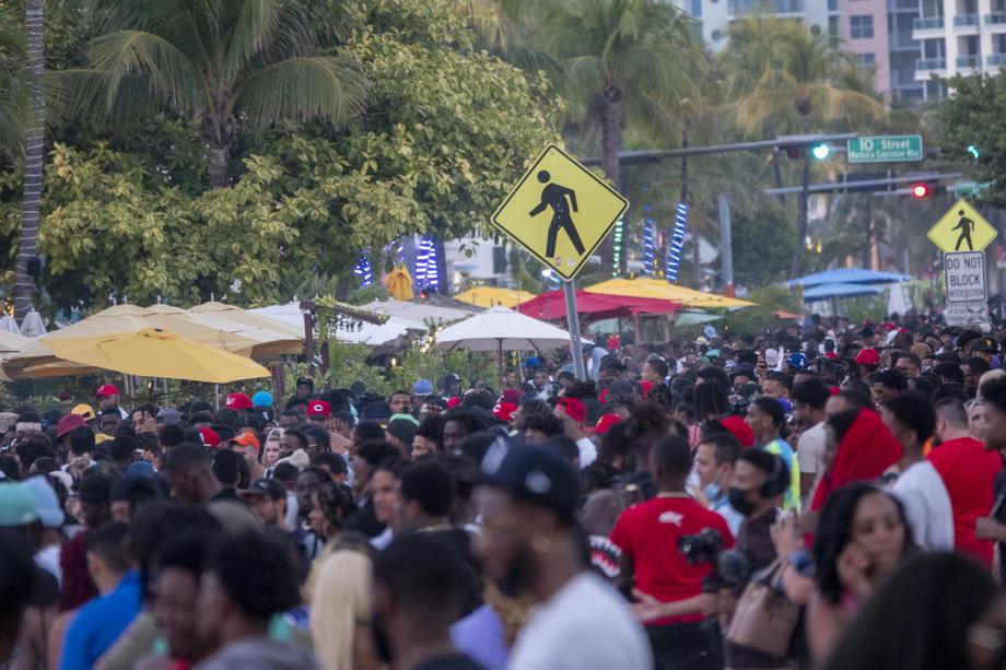 Вонредна состојба на Мајами Бич поради голем број туристи во пандемија