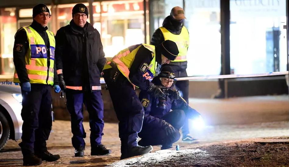 Момче со нож избоде осум минувачи: Терористички напад во Шведска