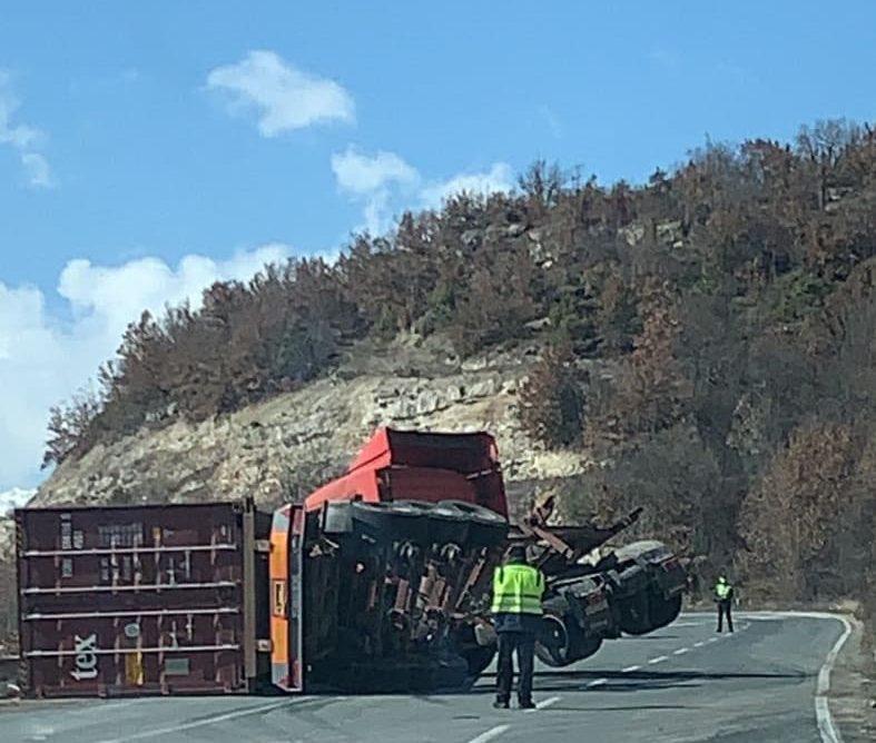 Се преврте камион кај Плетвар, сообраќајот се одвива по една лента